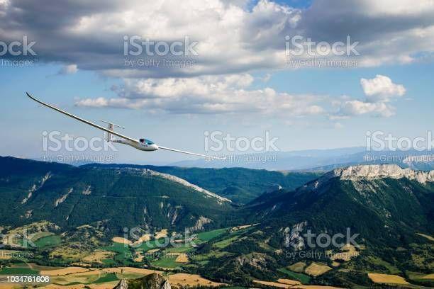 istockphoto-1034761606-612x612.jpg - Segelflugzeug fliegt unter Wolken