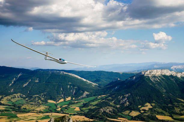 istockphoto-1034761606-612x612 (1).jpg - Segelflugzeug fliegt unter Wolken